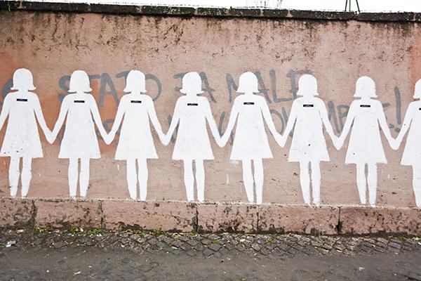 Sagome di donna disegnate su un muro